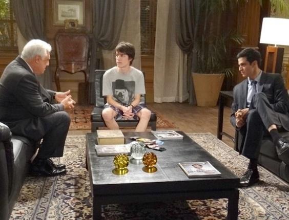 """Em """"Amor à Vida"""", Félix  pede que o pai fale sobre sexo com o filho"""