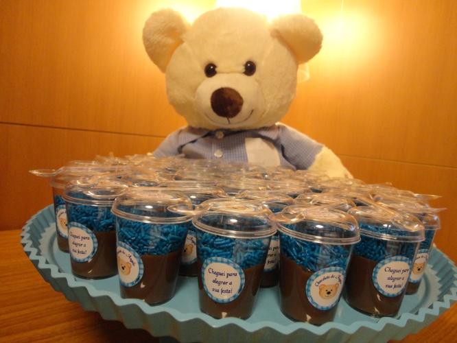 Esta festa de maternidade da Julubeca serviu brigadeiro de colher em embalagem com tag personalizada para os visitantes do recém-nascido