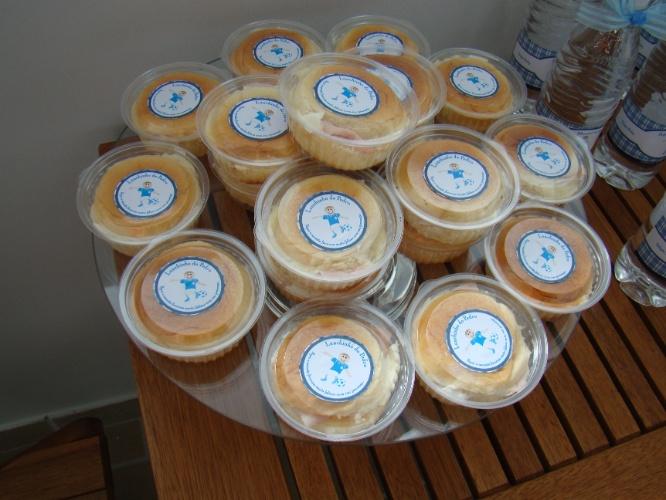 Lanchinhos com frios em embalagens personalizadas com o nome do recém-nascido fazem parte desta festa de maternidade organizada pela Julubeca