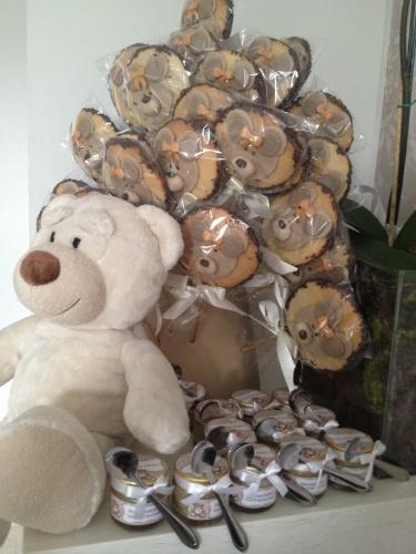 Mais pirulitos, desta vez decorados com ursinho, e brigadeiros de colher com tag personalizada fizeram parte da decoração de maternidade realizada por Andréa Guimarães