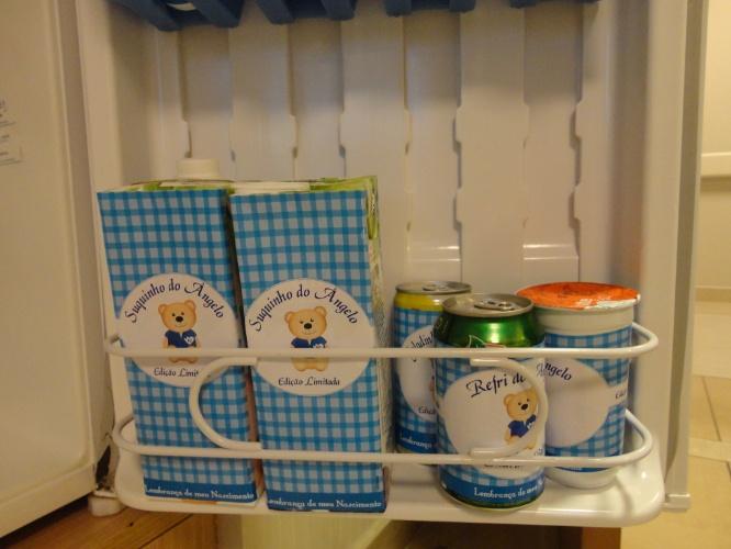 Nesta festa de maternidade da Julubeca as bebidas também foram personalizadas com o nome do recém-nascido