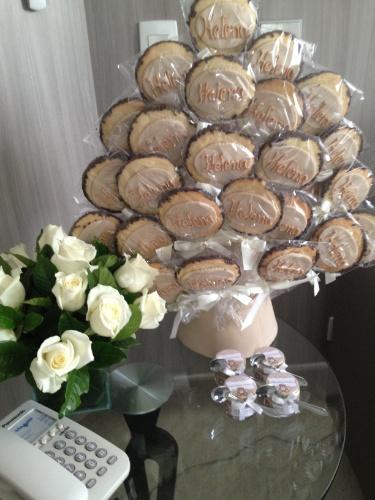 Pirulitos de biscoito com chocolate personalizados com o nome da terceira filha do apresentador Rodrigo Faro com a mulher Vera Viel fizeram parte desta decoração de maternidade realizada pela produtora de eventos Andréa Guimarães (www.andreaguimaraes.com.br)
