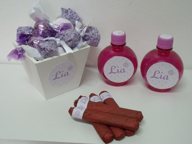Trufas, charutos de chocolate e garrafinhas personalizadas fizeram parte desta decoração de maternidade