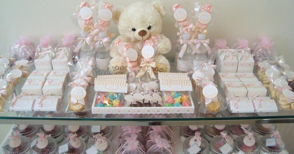Marshmallows no palito, biscoitinhos amanteigados, caixinhas de amêndoas e castanhas salgadas, com tag personalizadas compouseram a mesa deste quarto de maternidade decorado pela Decorando Emoções