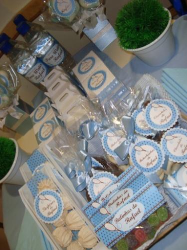 Saquinhos de marshmallow, balas de goma, biscoitos amanteigados - todos com tag personalizada - e garrafinhas de água decoraram a mesa deste quarto de maternidade feito pela Decorando Emoções (www.decorandoemocoes.com.br)