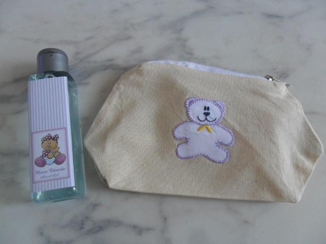 Mininecessaires e o álcool em gel com rótulo personalizado fizeram parte da decoração e foram distribuídos aos que visitaram o bebê deste quarto de maternidade