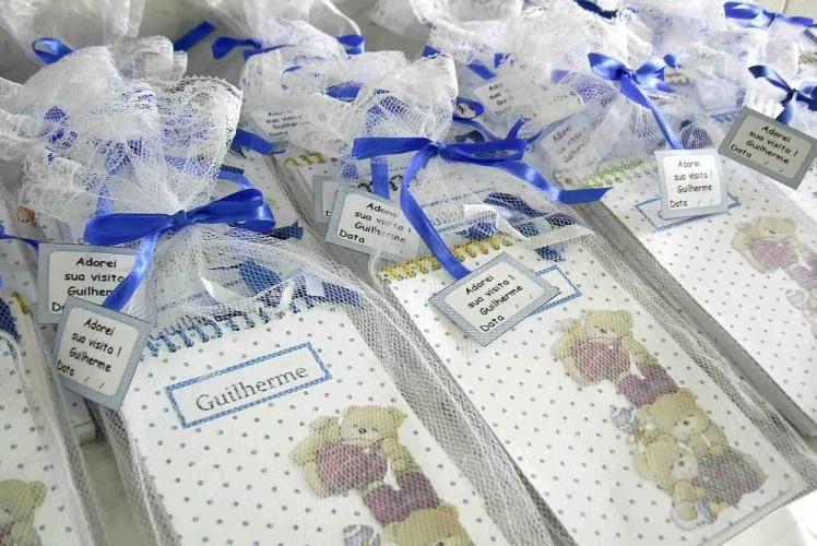 Bloquinhos personalizados foram as lembrancinhas deste quarto de maternidade decorado por Andressa Betinassi (andressabetinassi.blogspot.com.br)