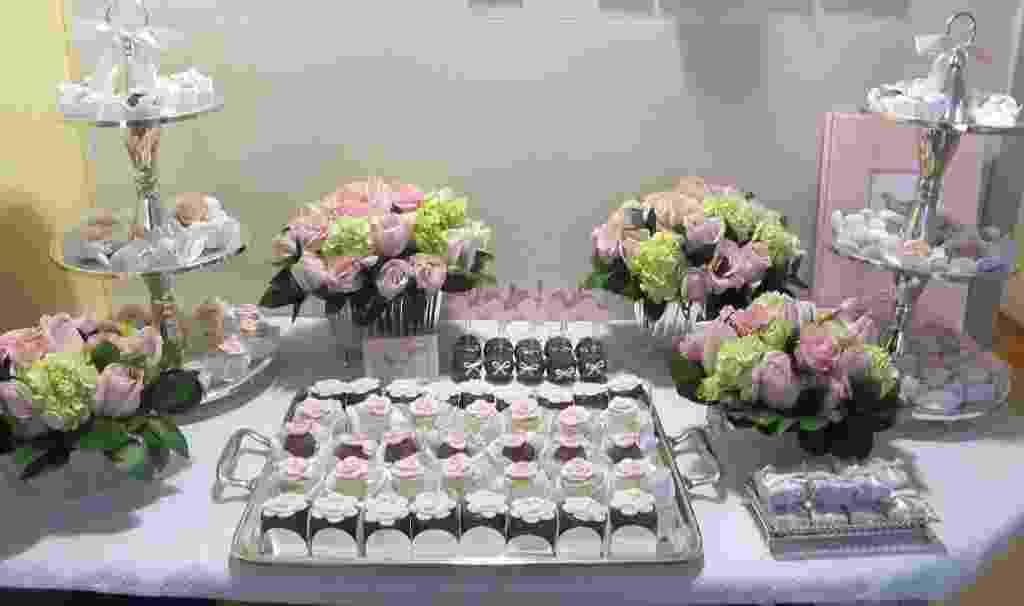 Para a decoração deste quarto de maternidade foi montada uma mesa de doces com bombons com a inicial do nome da recém-nascida, Isabela, e brigdeiros de colher. Neste caso, flores também enfeitaram o ambiente - Deborah Doll/Divulgação