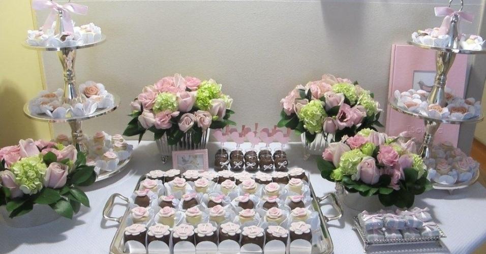 Para a decoração deste quarto de maternidade foi montada uma mesa de doces com bombons com a inicial do nome da recém-nascida, Isabela, e brigdeiros de colher. Neste caso, flores também enfeitaram o ambiente