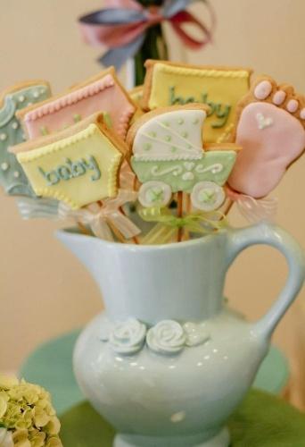 Biscoitos no palito feitos por Bia Canato (www.biacanato.com) são outra opção para decorar o quarto e servir aos que forem visitar o recém-nascido na maternidade