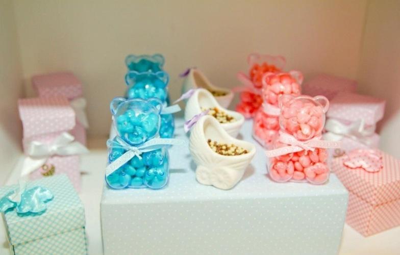 Neste quarto de maternidade, os visitantes do recém-nascido tinham como opção de guloseima esses carrinhos de porcelana com brigadeiro de colher