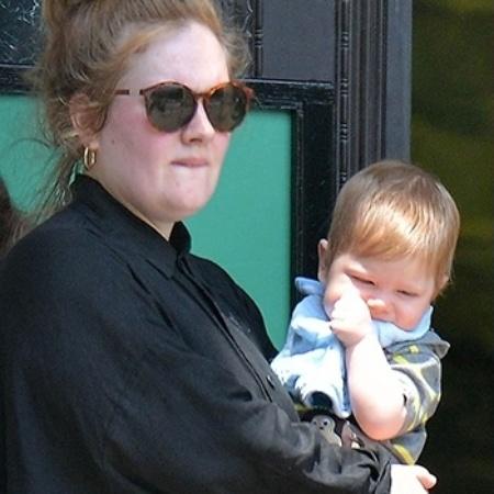 A cantora Adele com o filho , Angelo, aos oito meses, no Central Park, em Nova York; hoje, o menino tem quatro anos - Grosby Group
