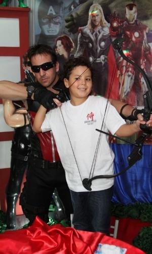 27.jun.2013 - Alex, filho do ex-jogador Ronaldo com Michele Umezu, comemora aniversário de oito anos e brinca com arco e flecha ao lado de ator fantasiado como o herói Gavião Arqueiro. A festa aconteceu em um buffet na Barra da Tijuca, no Rio de Janeiro