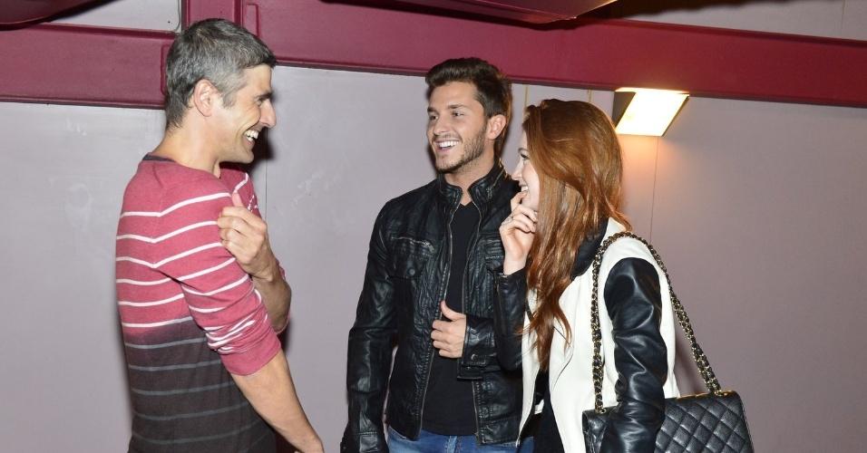 27.jun.2013 - Marina Ruy Barbosa e Klebber Toledo conversam com Reynaldo Gianecchini na reestreia de sua peça