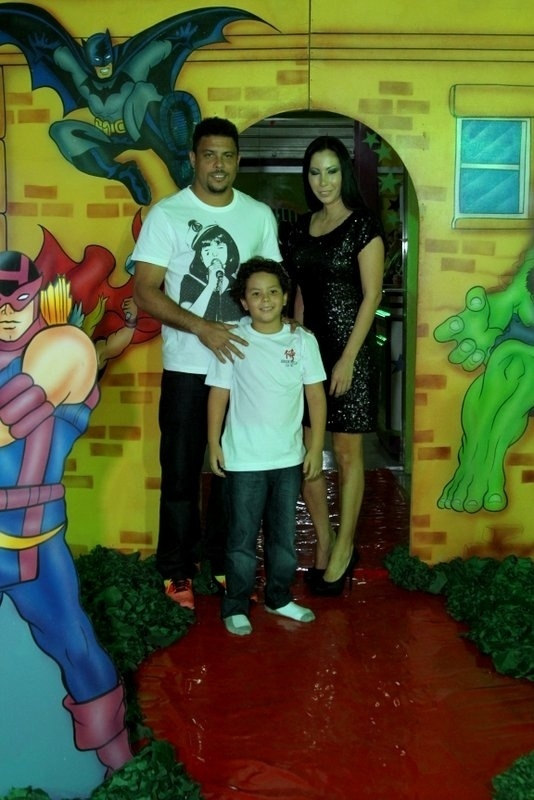 27.jun.2013 - Ronaldo comemora o aniversário de oito anos do filho Alex, fruto de seu relacionamento com Michele Umezu. A festa, com tema de super-heróis, aconteceu em um buffet na Barra da Tijuca, no Rio de janeiro