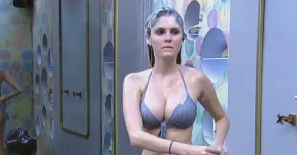 28.jun.2013 - Após passar tarde no ofurô, Bárbara Evans toma banho
