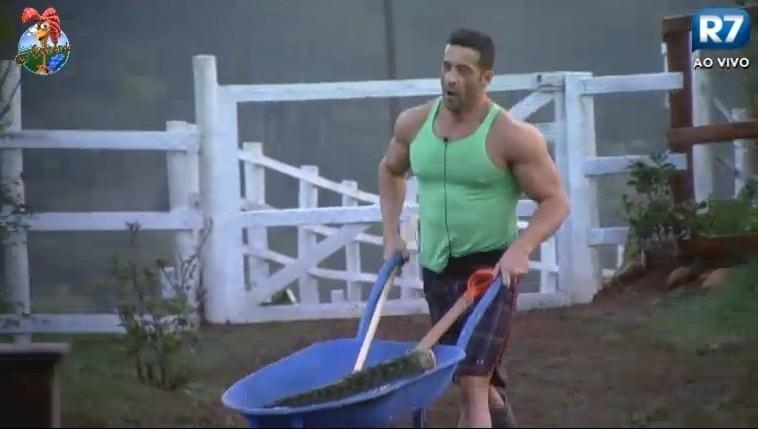 28.jun.2013 - ator Marcos Oliver faz as tarefas do dia na manhã desta sexta-feira
