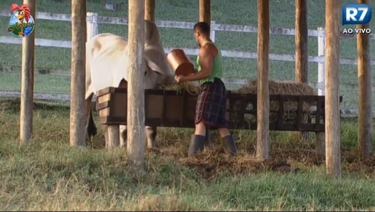 28.jun.2013 - Marcos Oliver trata do touro na manhã desta sexta-feira na