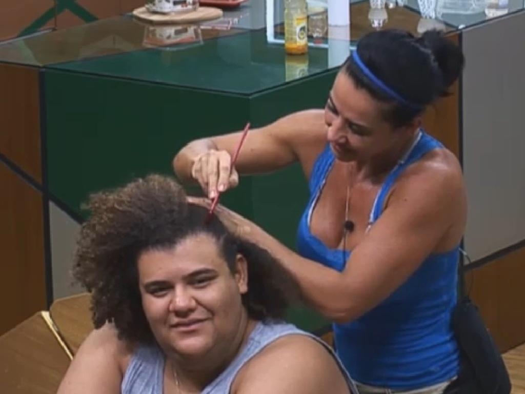 28.jun.2013 - Scheila Carvalho trança cabelos de Gominho