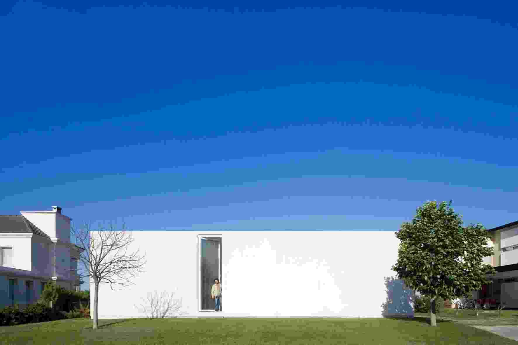 A Casa Caja (Caixa) ou Casa Patio, dos arquitetos Juan Germán Guardati, Román Renzi e Virginia Kahanoff, se fecha para a rua, em volume branco e único, e tem comunicação ambígua a partir de uma porta alta e estreita, em vidro autoportante, jateado. Em relação às construções vizinhas, se impõe quanto à singularidade, recuo e privacidade e não pela suntuosidade. A construção está situada em Funes, na província argentina de Santa Fe - Leonardo Finotti/ UOL
