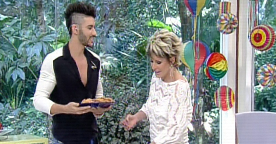 Ana Maria Braga presenteia Gusttavo Lima com bandeja cheia de rabanadas