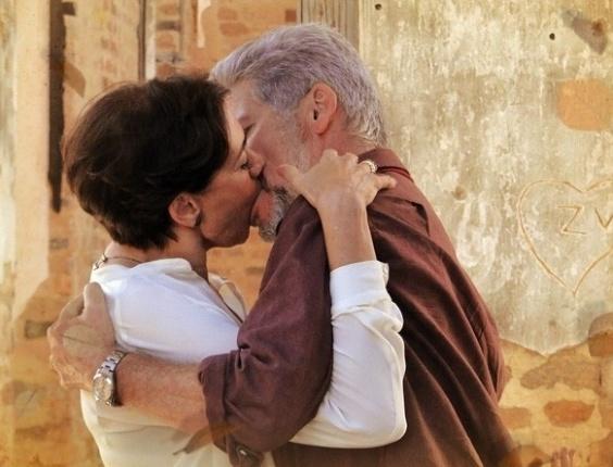 """Em """"Saramandaia"""", Vitória e Zico se beijam após encontro ao acaso"""