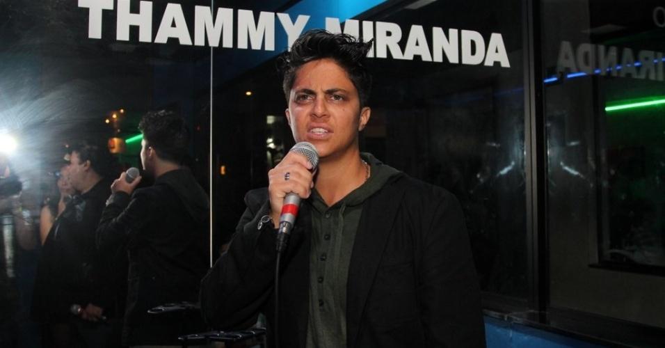 28.jun.2013 - Thammy canta na sala de karaokê com seu nome