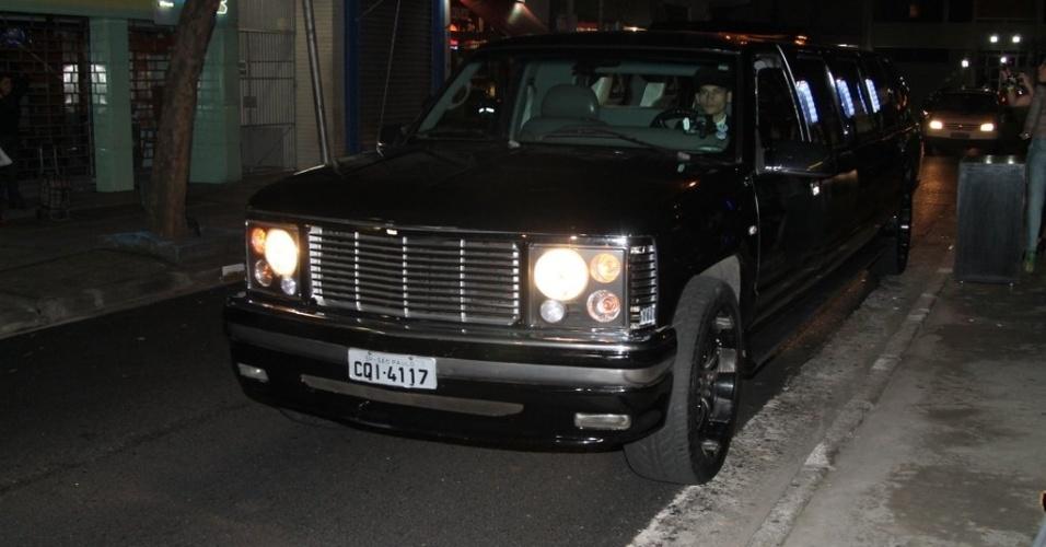 28.jun.2013 - Thammy chega de limousine no evento