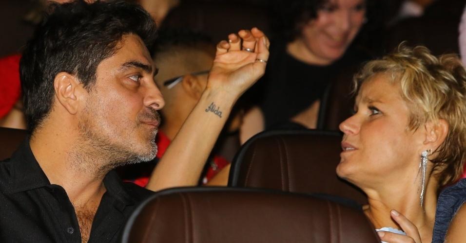 """29.jun.2013 - Ao lado do namorado, Junno Andrade, Xuxa assiste seu novo DVD, """"Só Para Baixinhos 12"""" no lançamento no Rio"""
