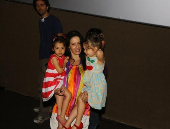 """29.jun.2013 -  Bianca Rinaldi leva as filhas ao lançamento do novo DVD de Xuxa, """"Só Para Baixinhos 12"""", no Rio"""