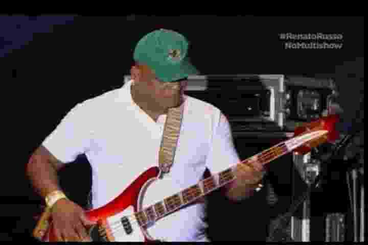"""29.jun.2013 - Renato Rocha, ex-baixista do Legião Urbana, participa de tributo a Renato Russo em Brasília e toca """"Que País é Esse"""" - Reprodução/Multishow"""