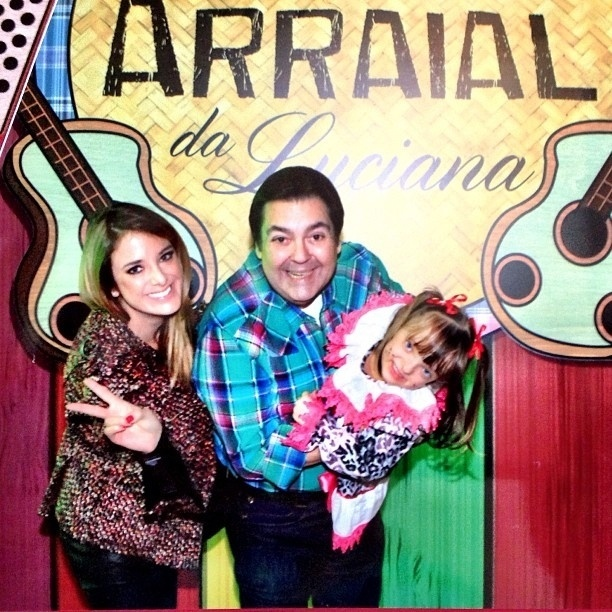 29.jun.2013 - Ticiane Pinheiro publica foto com Faustão brincando com Rafinha Justus em festa junina