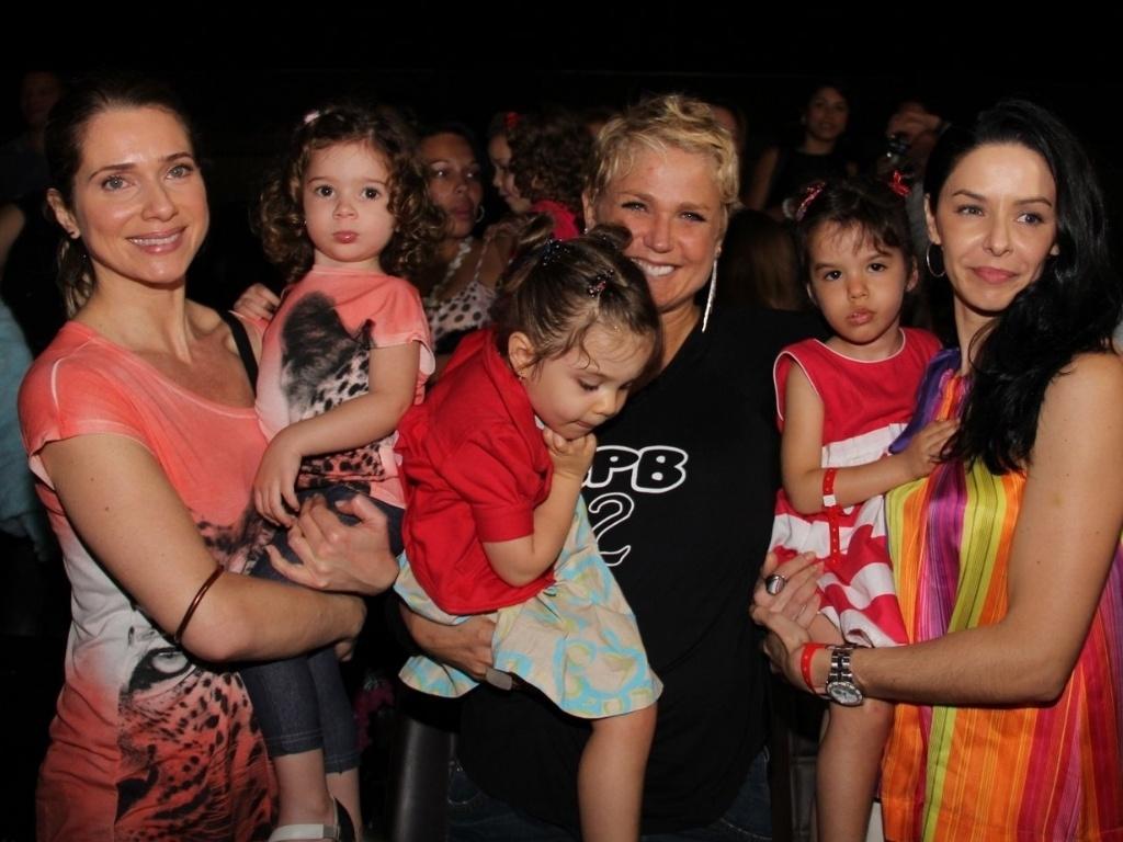 29.jun.2013 - Xuxa posa para fotos com as ex-paquitas: as atrizes Letícia Spiller (à esq) e Bianca Rinaldi, durante lançamento de seu novo DVD,
