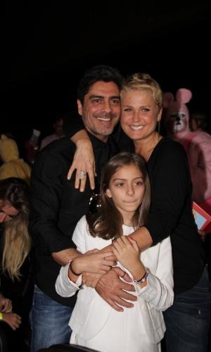 """29.jun.2013 - Xuxa posa para fotos com o namorado, Junno Andrade e a enteada, Luana, durante lançamento de seu novo DVD, """"Só Para Baixinhos 12"""", no Rio"""