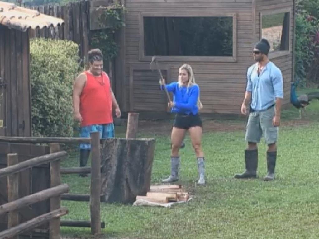 30.jun.2013 - Beto Malfacini ensina Aryane a cortar lenha na tarde deste domingo