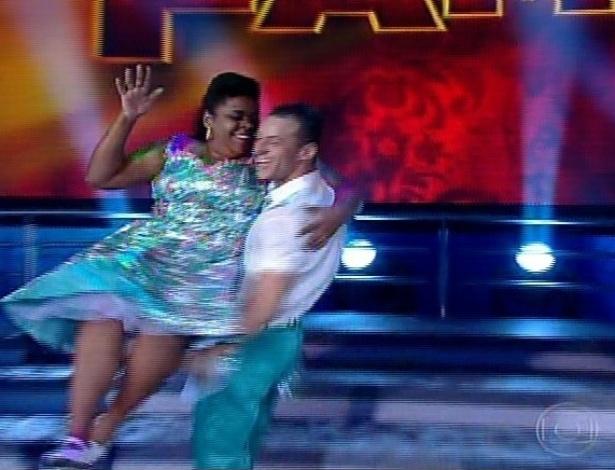 """30.jun.2013 - Cacau Protásio e Deny Ronaldo dançam """"Surfin' USA"""", do Beach Boys no dia de rock na """"Dança dos Famosos"""""""