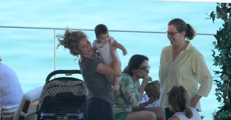 30.jun.2013 - Cantora Shakira brinca com o filho à beira da piscina do hotel Fasano, no Rio