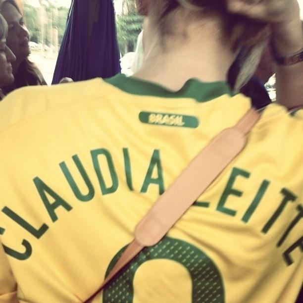 30.jun.2013 - Claudia Leitte publica foto com a camisa da seleção brasileira com seu nome