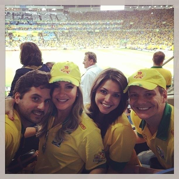 30.jun.2013 - Claudia Leitte publica foto no Maracanã com o marido e os amigos Thaís Fersoza e Michel Teló