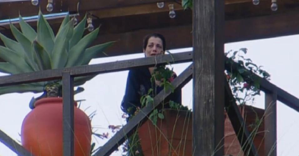 30.jun.2013 - Depois de ser responsável por punição ao grupo, Lu Schievano chora e fala sozinha na manhã deste domingo