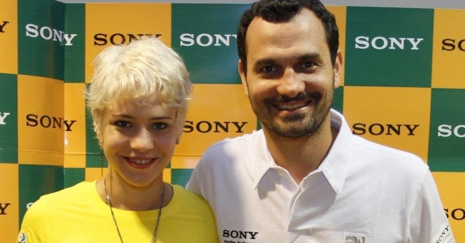 30.jun.2013 - Leandra Leal e namorado, Alexandre Youssef, chegam à camarote para assistir o jogo do Brasil
