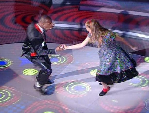 """30.jun.2013 - Luana Piovani e Wagner Santos dançam """"Rock And Roll"""", da banda Led Zeppelin, no dia de rock na """"Dança dos Famosos"""""""