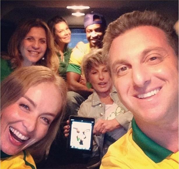 30.jun.2013 - Luciano, Huck, Angélica, Ana Maria Braga, Thiaguinho torcem pelo Brasil no Maracanã