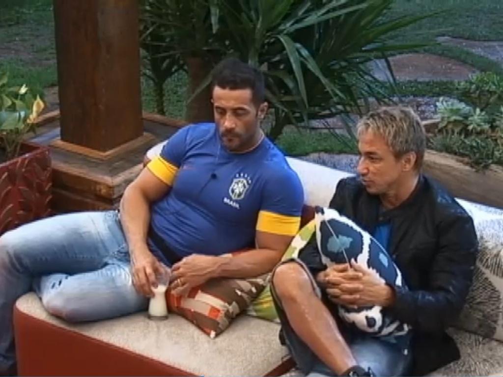 30.jun.2013 - Marcos Oliver e Paulo Nunes combinam estratégia para próxima roça