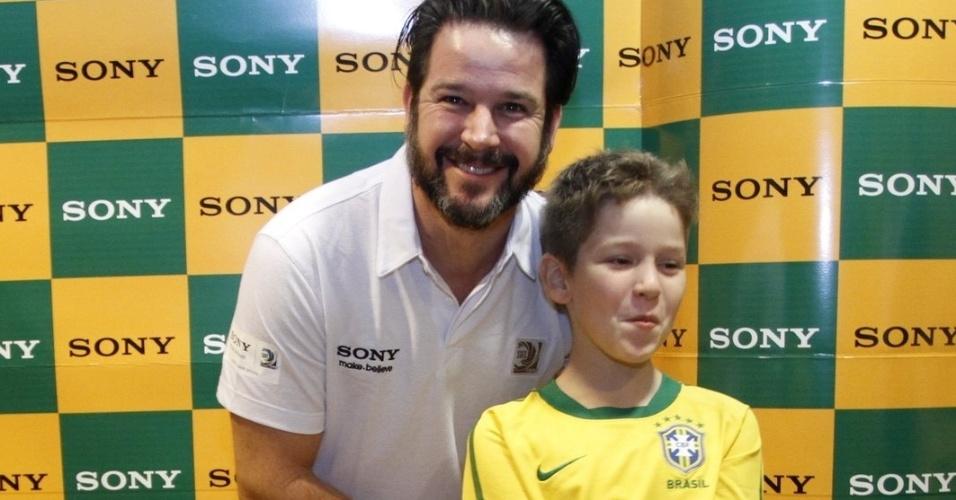 30.jun.2013 - Murilo Benício e o filho Pietro chegam à camarote para assistir o jogo do Brasil