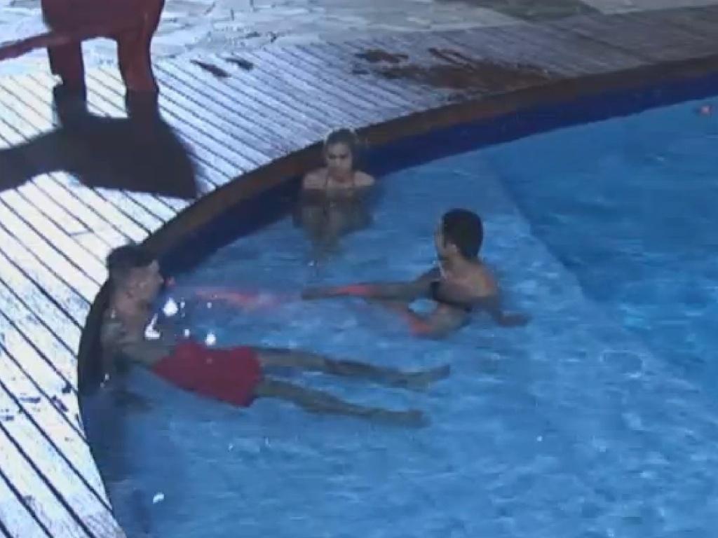 30.jun.2013 - Sem água, peões tomam banho na piscina