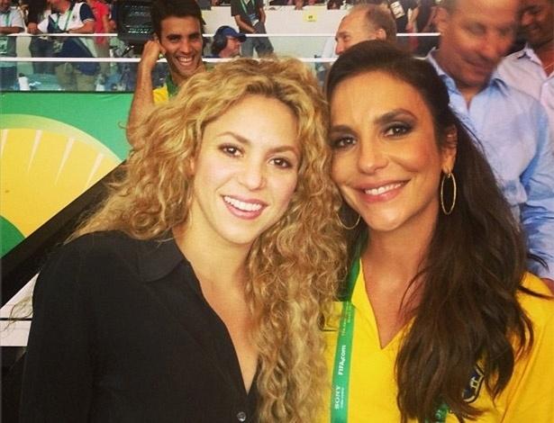 30.jun.2013 - Shakira posa ao lado de Ivete Sangalo no Maracanã