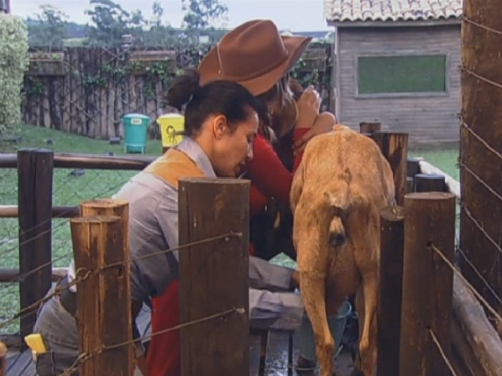 01.jul.2013 - Andressa ajuda Scheila a tirar leite de cabra