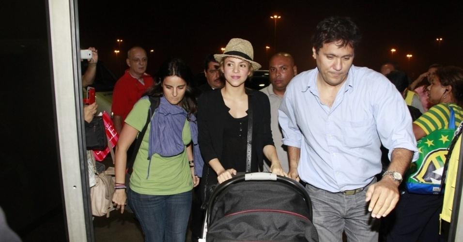 01.jul.2013 - Após a derrota da Espanha, Shakira deixa o Brasil