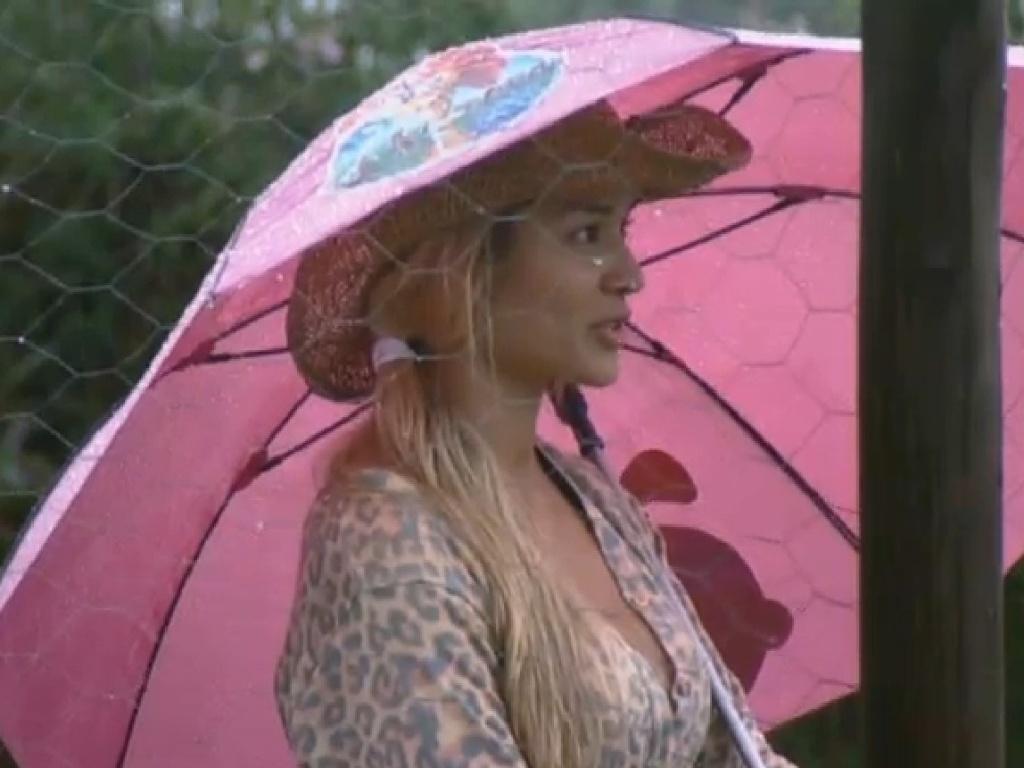 01.jul.2013 - Aryane deixa guarda-chuva no celeiro e mente para Andressa